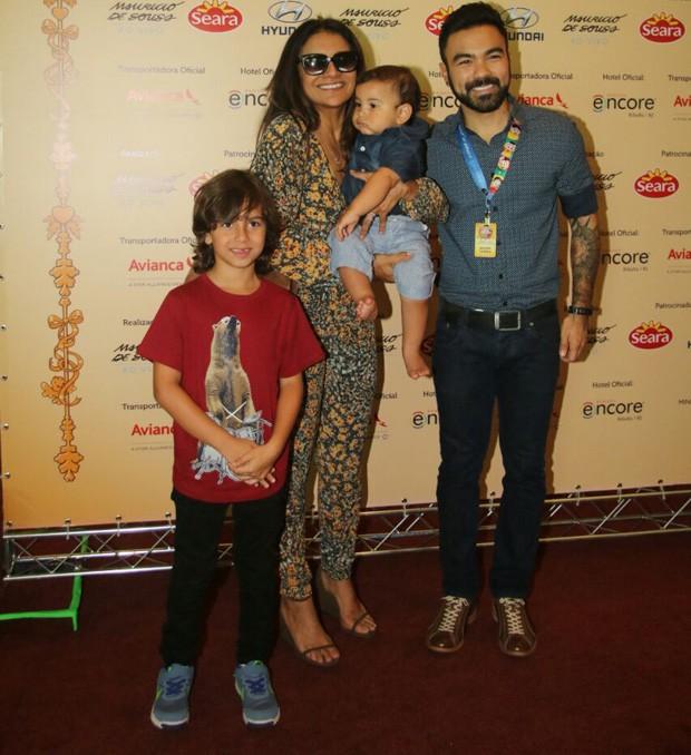 Dira Paes e Martim com Mauro Sousa, filho de Mauricio de Sousa (Foto: Fabio Moreno/AgNews)