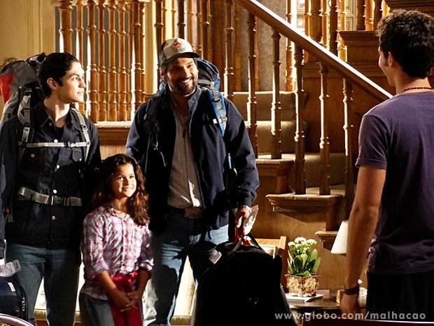 Hernandez chega ao Brasil com os filhos e surpreende Ben (Foto: Malhação / TV Globo)