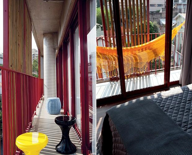 A varanda era comprida e estreita, por isso recebeu poucos móveis, apenas banquetas e rede. Tudo é colorindo, seguindo o exemplo da estrutura do prédio. Projeto da arquiteta Andrea Reis (Foto: Otavio Dias/Casa e Jardim)