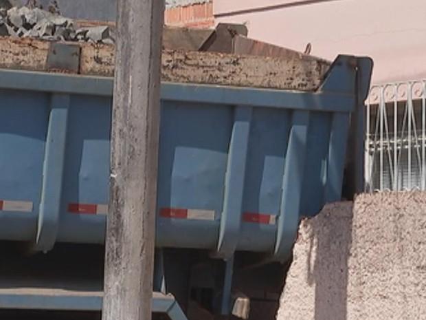 Caminhão chegou a bater em morador, que teve ferimentos leves (Foto: Reprodução/ TV TEM)
