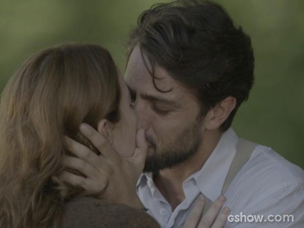 Reencontro emocionante! Sílvia e Viktor se beijam (Foto: Joia Rara/TV Globo)