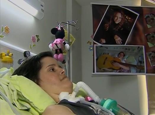 Fã com doença degenerativa é homenageada por Ana Carolina (Foto: Reprodução/ TV Asa Branca)