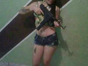 Jovem se exibia com armas em fotos enviadas pelo WhatsApp (Foto: Reprodução/WhatsApp)