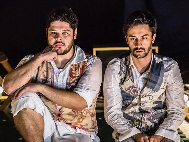 Em cena, dois atores operam a iluminação e o som construindo uma narrativa lúdica e imagética  (Foto: Divulgação/Yuri Pinheiro)