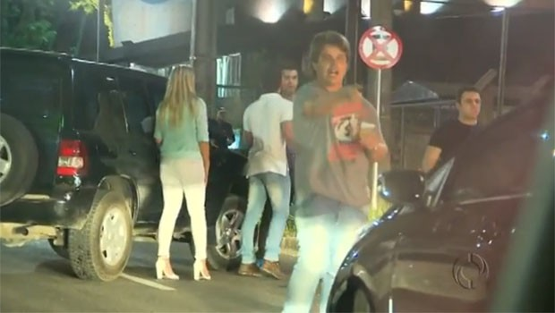 Briga nas ruas de Curitiba é flagrada pela câmera (Foto: Reprodução)