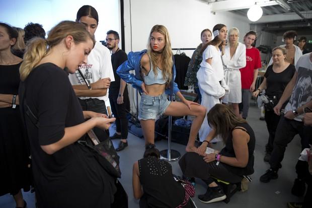 Donatella Versace leva modelo bem magras na abertura do  London Fashion Week e gera polêmica (Foto: AFP)