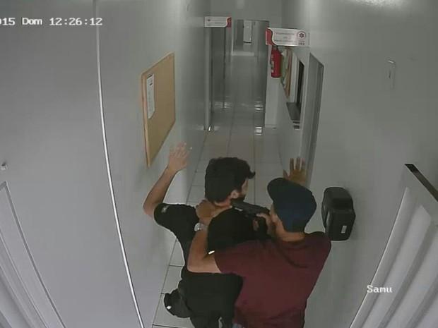 Trio faz servidor do Samu refém e resgata preso de unidade de saúde em Caldas Novas, Goiás (Foto: Divulgação/PM)