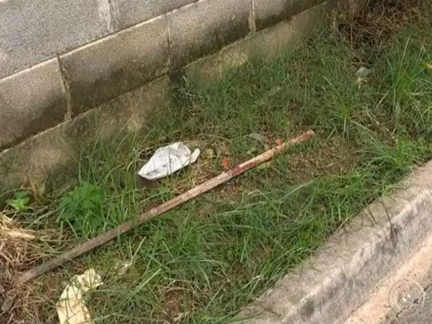 Moradores do bairro usaram pedaço de ferro para agredir suspeito (Foto: Reprodução TV TEM)