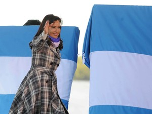 Cristina Kirchner participou nesta sexta-feira (20) de ato do dia da bandeira na Argentina (Foto: AP)