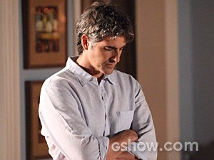 Cadu fica mal depois da discussão com Clara (Foto: Carol Caminha / TV Globo)