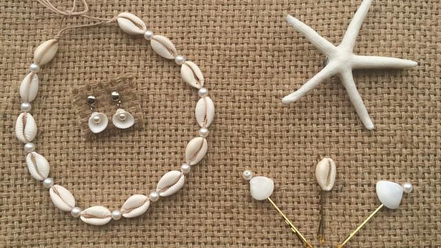 Búzios e conchas em colares, brincos e fivela de cabelo (Foto: Divulgação/Donas Florindas)