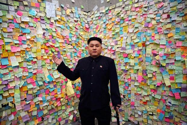 Músico australiano de origem chinesa Howard faz sucesso como sósia de Kim Jong-un (Foto: Damir Sagolj/Reuters)