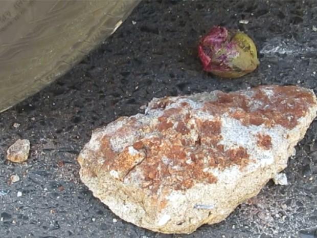 Pedra foi arremessada na porta do veículo da PM em Passos (Foto: Hélder Almeida)