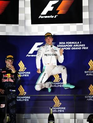 Nico Rosberg comemora vitória no pódio do GP de Cingapura