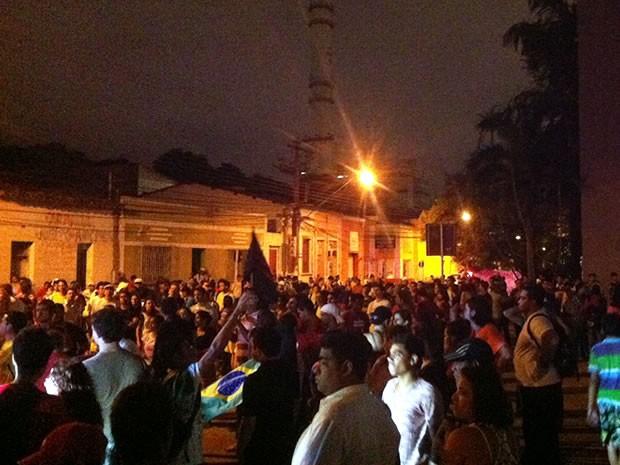 Manifestantes chegaram pacificamente à frente do prédio da Câmara de Vereadores de Cuiabá. (Foto: Dhiego Maia/G1)