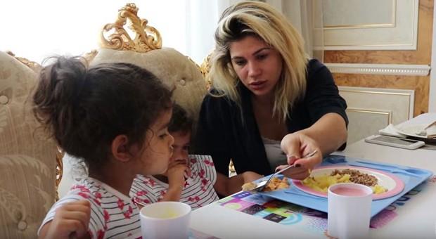 Dani Souza almoçando com suas gêmeas Rafaella e Sophia (Foto: Reprodução/Youtube)