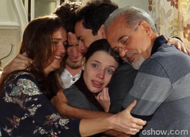 Um abraço em família acalma o coração de Linda (Foto: Amor à Vida/ TV Globo)