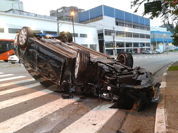 Acidente deixou carro capotado na avenida Heitor Penteado, em São Paulo (Foto: Rafael Miotto/G1)