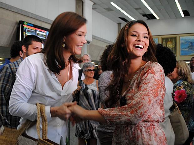 Bruna e Julia se divertem durante gravação (Foto: Em Família/TV Globo)