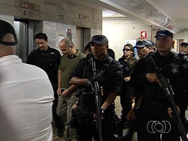 Tenente-coronel Ricardo Rocha (com camiseta verde), é julgado por homicídio, em Goiânia, Goiás (Foto: Reprodução/TV Anhanguera)