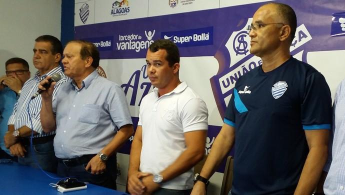 Diretoria do CSA na apresentação do técnico Oliveira Canindé (Foto: Augusto Oliveira / GloboEsporte.com)