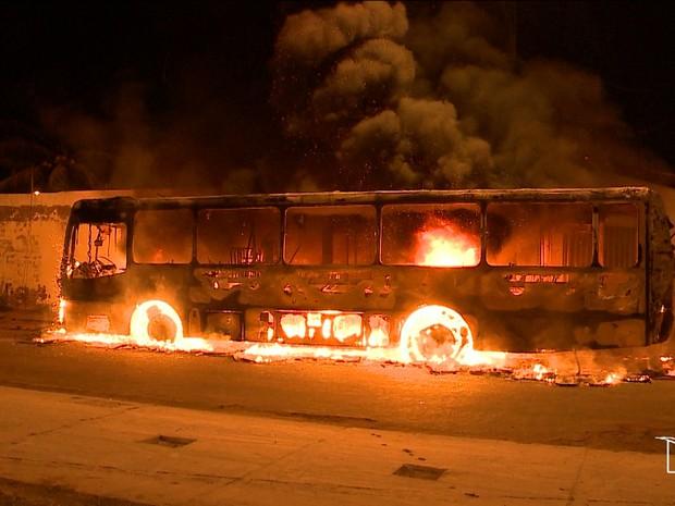 Cinco ônibus foram completamente destruídos nos ataques (Foto: Reprodução/TV Mirante)