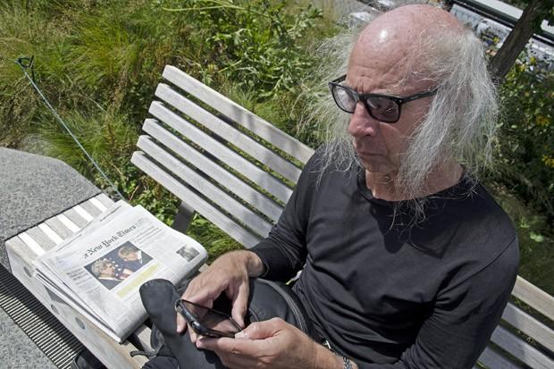 O marchand Craig Page, residente e dono de uma galeria de arte em Chelsea, aproveita a manhã de domingo para ler o New York Times (Foto: © Haroldo Castro/Época)