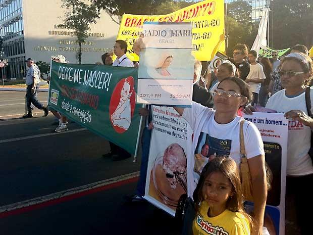 Manifestantes participam da concentração para a Marcha pela Vida Contra o Aborto nesta terça (4), em Brasília (Foto: Rafaela Céo/G1)
