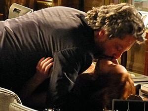 Comendador e Isis se beijam dentro da Império (Foto: Gshow)
