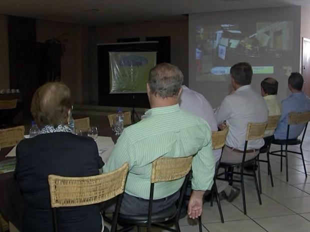 Prefeitos e representantes participaram de reunião sobre projeto (Foto: Reprodução/ TV TEM)