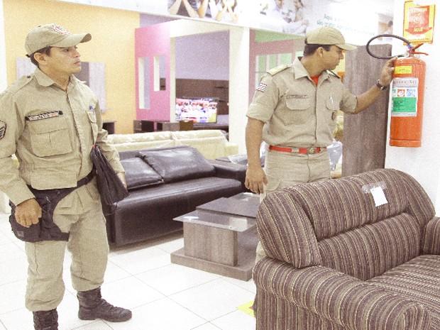 Foram verificadas a presença de equipamentos preventivos, como extintores de incêndio (Foto: Flora Dolores / O Estado)