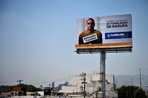 Cidade mexicana exibe acusado de jogar lixo no chão em outdoor (Foto: Ronaldo Schemidt/AFP)