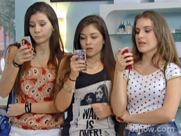 Pouco discretas, Micas filmam Serguei 24 horas por dia (Foto: Malhação / TV Globo)