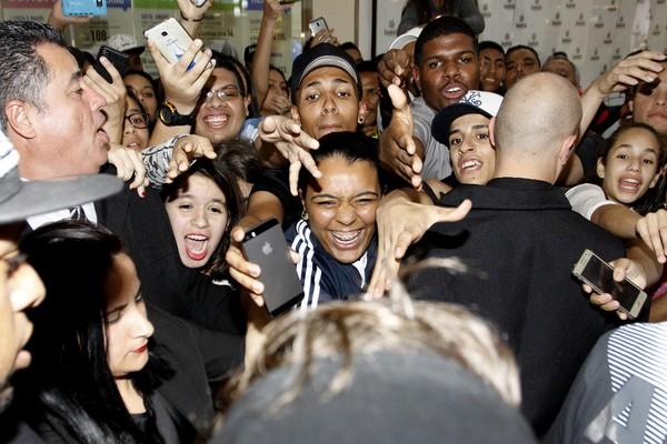 Biel causa confusão durante inauguração de loja em São Paulo