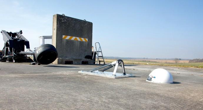 Em teste, Instituto lançou pneu em direção à peça, localizada à frente de capacete que simula localização do piloto (Foto: Reprodução)