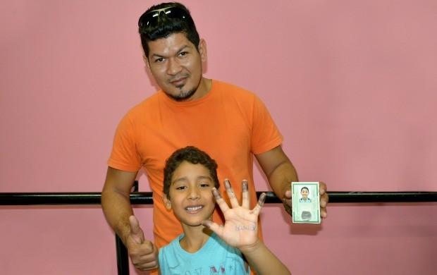 Ricardo Aguiar levou seu filho de 8 anos, Ricardo Daniel para tirar o RG (Foto: Angelina Ayres Medeiros/Rede Amazônica)