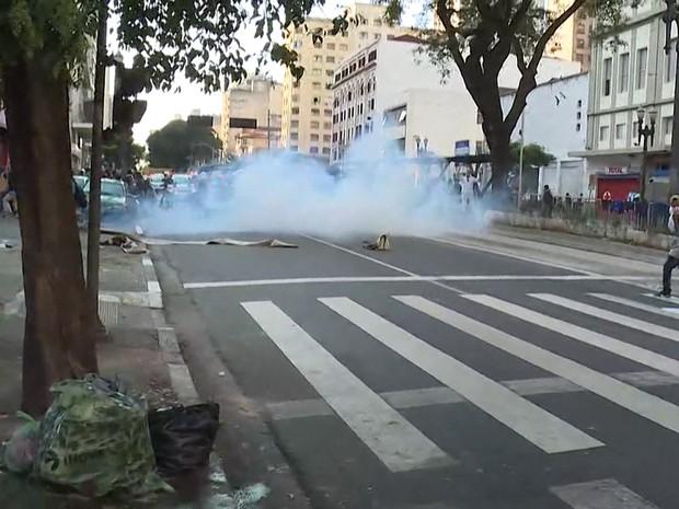 Polícia atira bomba ede efeito moral em estudantes durante protesto no Centro de São Paulo (Foto: TV Globo/Reprodução)