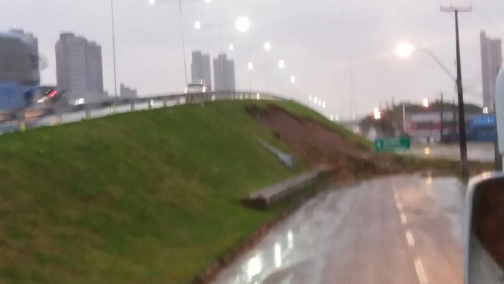 No viaduto de Neópolis, a terra cedeu e invadiu a pista  (Foto: Keyson Cunha )