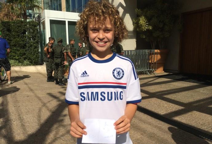 Gabriel, sósia mirim de David Luiz, exibe camisa do Chelsea com autógrafo de Mikel (Foto: Marcello Carvalho)
