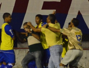 Treinadores brigam em campo (Foto: João Áquila/GLOBOESPORTE.COM)