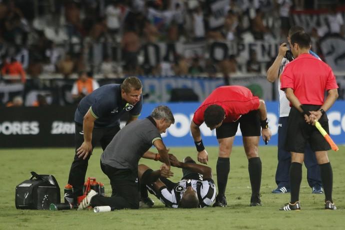 airton botafogo colo-colo machucado cotovelo (Foto: REGINALDO PIMENTA/RAW IMAGE/ESTADÃO CONTEÚDO)