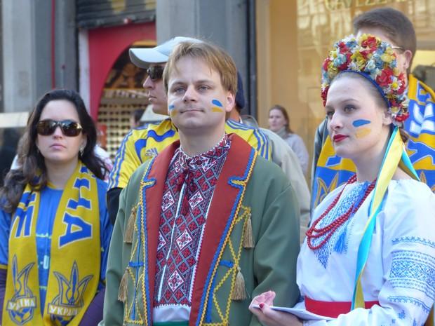 Grupos folclóricos acompanharam a manifestação e distribuíram mensagens de paz (Foto: Fernando Castro/G1)