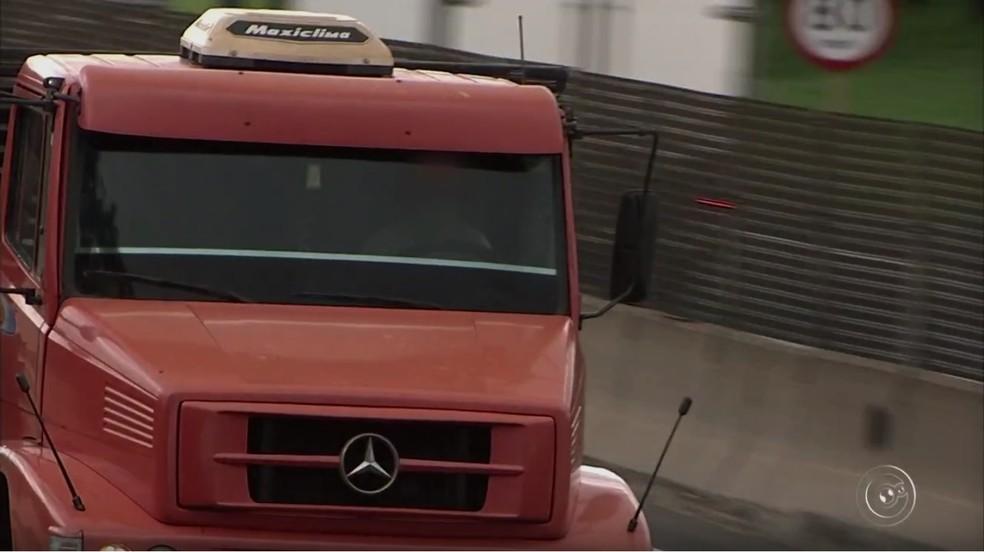 Apesar de película escura no vidro dificultar visibilidade, é possível ver que motorista estava sem cinto de segurança (Foto: Reprodução/TV TEM)