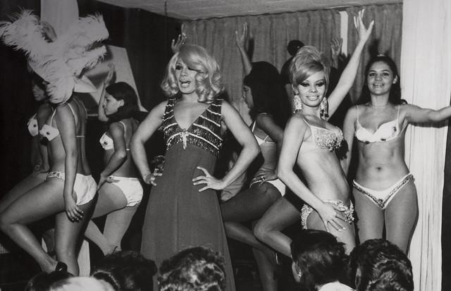 Rogéria se apresentando no Beco das Garrafas, o berço da bossa nova, em Copacabana, no Rio, no fim dos anos 60 (Foto: Divulgação)
