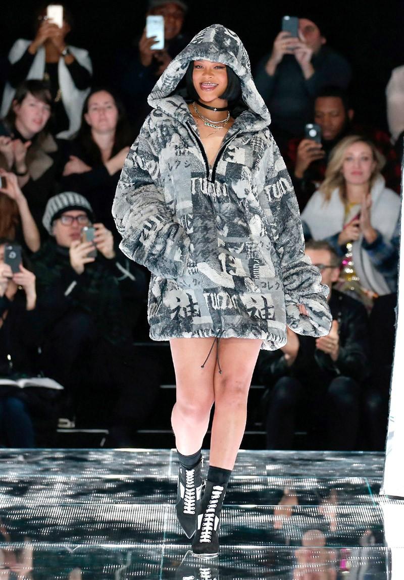 Rihanna no final de seu primeiro desfile da linha Fenty x Puma by Rihanna, em Nova York (Foto: Getty Images)