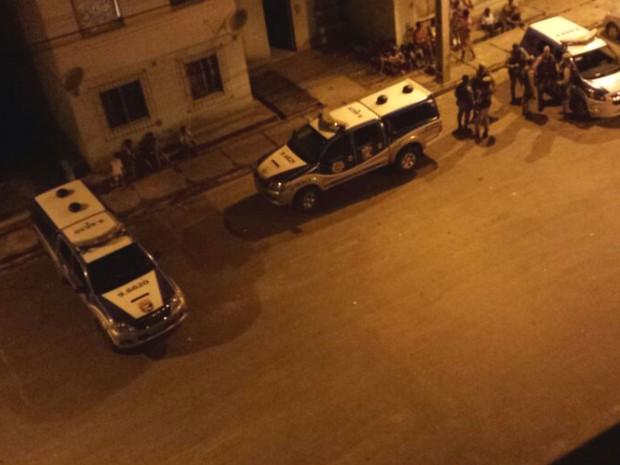 Viaturas da polícia em frente ao local onde a vítima foi morta, em Feira de Santana (Foto: Divulgação / Polícia Civil)