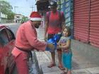 Lutador de Jiu-Jitsu se veste de Papai Noel e presenteia crianças, no AM