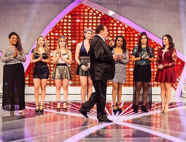 O apresentador Raul Gil no palco com as candidatas classificadas (Foto: Fred Chalub)