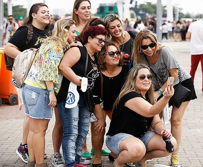Galera aproveita para fazer selfie (Foto: Fábio Rocha/Gshow)
