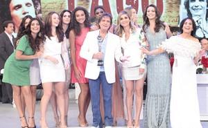 Roberto Carlos, com o troféu Mário Lago, rodeado de estrelas da TV Globo (Foto: Domingão do Faustão / TV Globo)